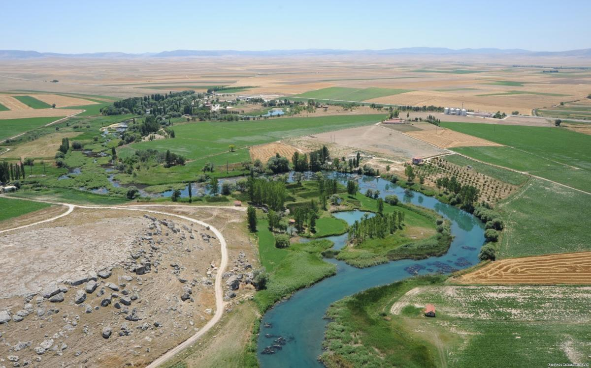 A folyó kékszalagja üdén emelkedik ki a szántók tengeréből az Anatóliai – magasföldön (forrás: eskisehirprovince.blogspot.hu)
