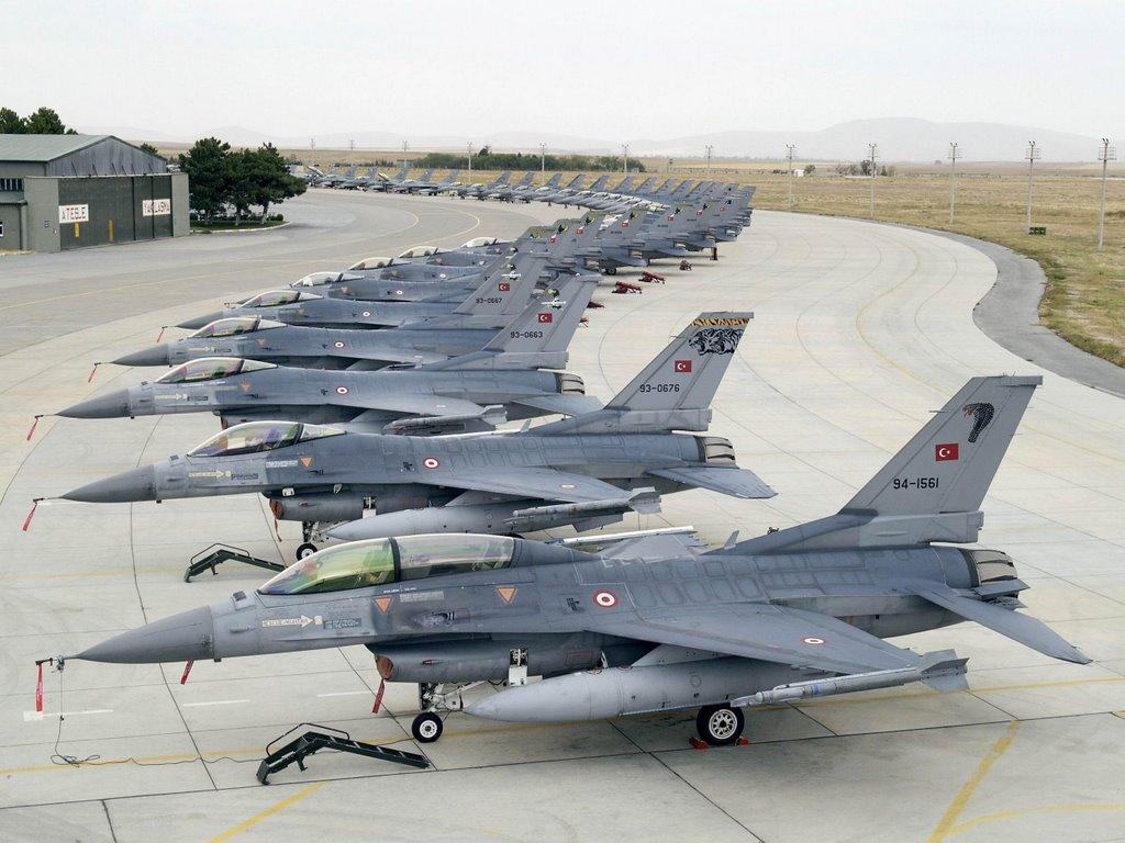 Ezekből a nagymadarakból (F16) tárolnak itt egy pár darabot (fotó: TurKPoweR)