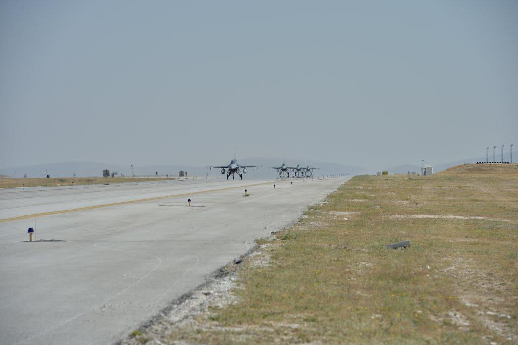 A rövid füvű gyep vonzotta be Varbóékat a reptérre, nem a felszálló F16 harci gépek (fotó: Lieuwe H)